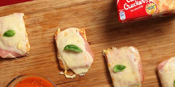 """Ατομικές Πίτσες με """"Cream Crackers"""" Σίτου"""